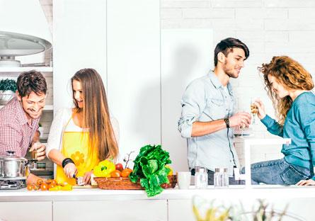 Junge Paare haben Spaß beim Kochen